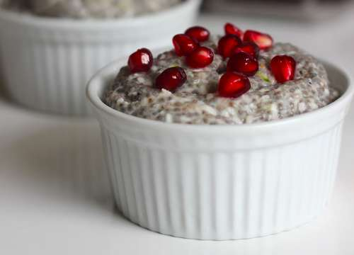 Pudding ai Semi di Chia con Melograno e Amaretti